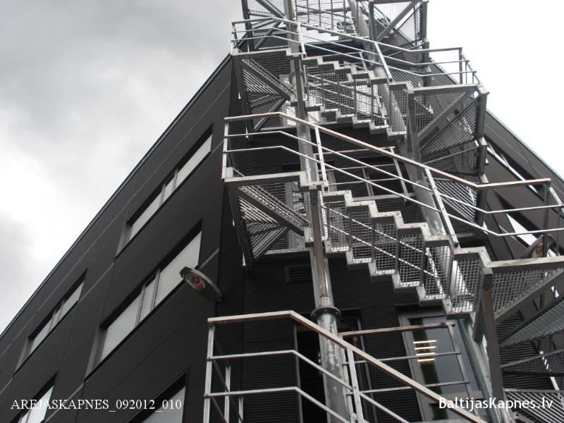Ārējās kāpnes ar režģota metāla pakāpieniem